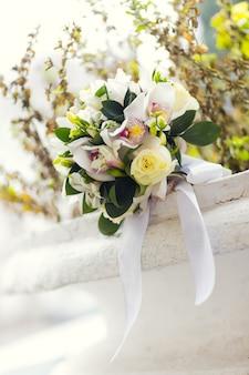 Huwelijksboeket van witte bloemen
