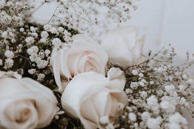 Huwelijksboeket van witte rozen met paniculata