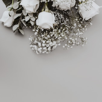 Huwelijksboeket van witte rozen met ruimte onderaan
