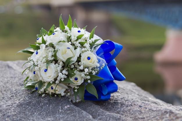 Huwelijksboeket van witte rozen