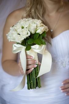 Huwelijksboeket vóór ceremonie in kerk