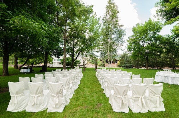 Huwelijksboog en stoelen