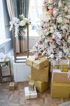 Huwelijksboog gemaakt van kerstversiering boom en geschenken