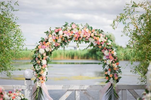 Huwelijksboog gemaakt van verse bloemen voor de ceremonie