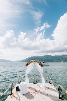 Huwelijksboog op het strand in het panoramische uitzicht van montenegro