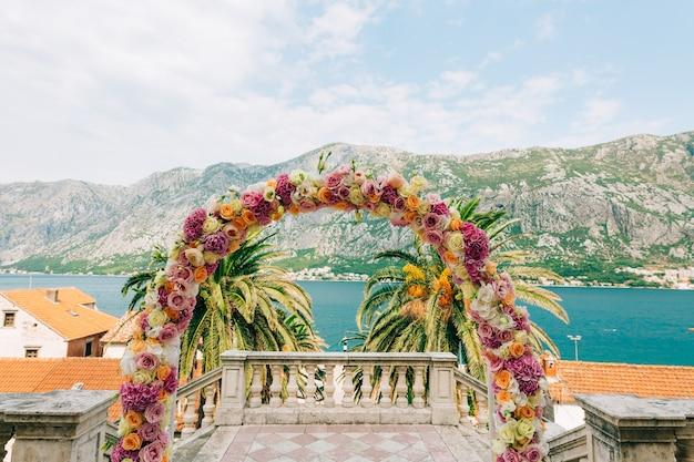 Huwelijksboog van hortensia's en rozen huwelijksceremonie