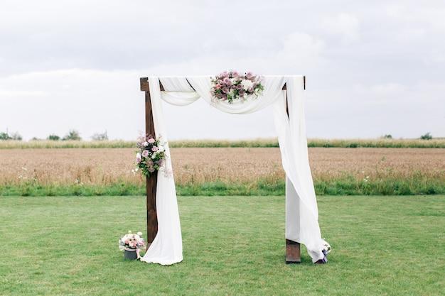 Huwelijksboog versierd met bloemen