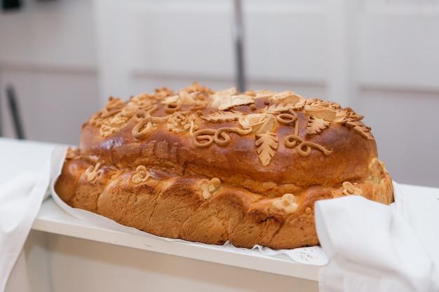 Huwelijksbrood op restaurantlijst