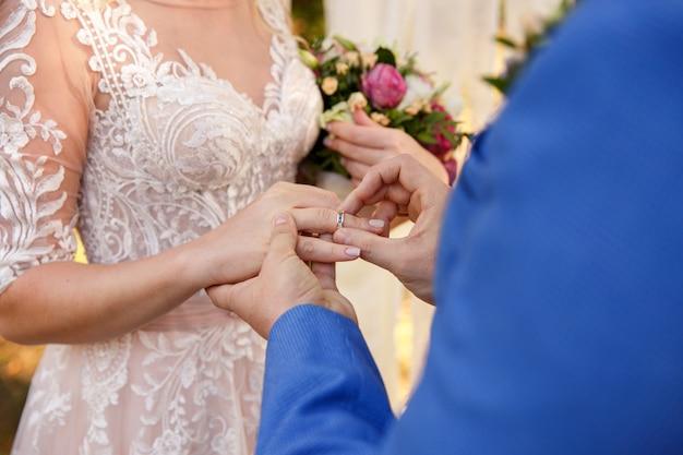 Huwelijksceremonie. bruid, bruidegom, trouwring, huwelijk