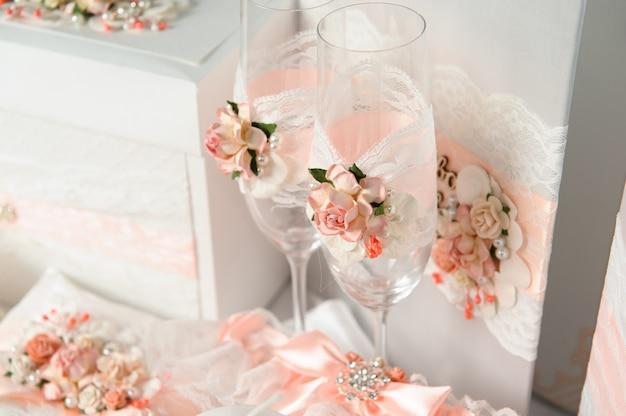 Huwelijksceremonie buitenshuis. bruiloft ceremonie decoratie, prachtige bruiloft decor, bloemen