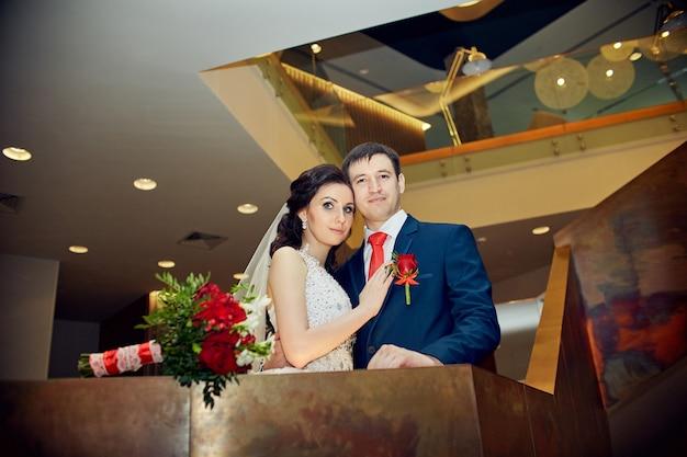 Huwelijksceremonie, de bruid en bruidegom bereiden zich voor om man en vrouw te worden. de man omhelst de vrouw