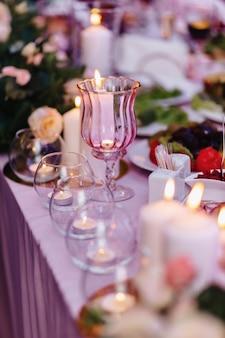 Huwelijksceremonie decoratie, stoelen, bogen, bloemen en verschillende decor
