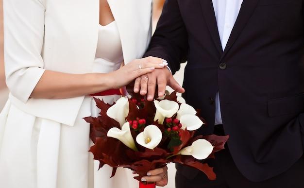 Huwelijksceremonie echtpaar hand in hand