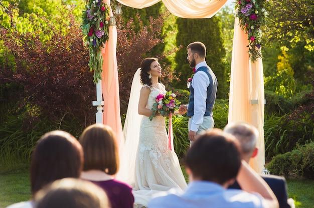 Huwelijksceremonie in de tuin buitenshuis