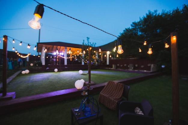 Huwelijksceremonie in de tuin