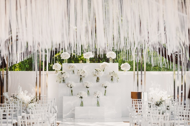 Huwelijksceremonie in witte stijl