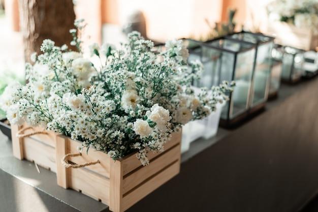 Huwelijksceremonie met bloemen buiten in de tuin