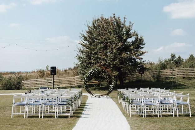 Huwelijksceremonie plaats op de natuur buiten in de zomer