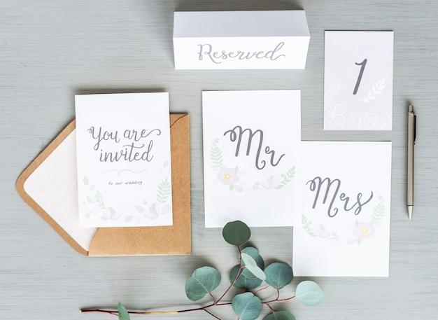 Huwelijksceremonie uitnodigen en tafelkaartplaatsingen