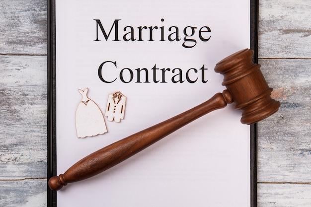 Huwelijkscontract en houten hamer.