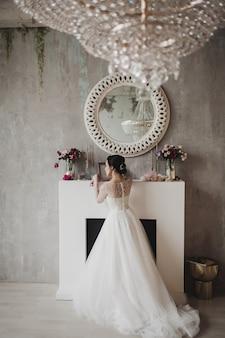 Huwelijksdag en mooie bruid. mooie jonge bruid met huwelijksmake-up en kapsel