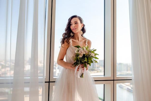 Huwelijksdag, portret van mooie bruid met boeket