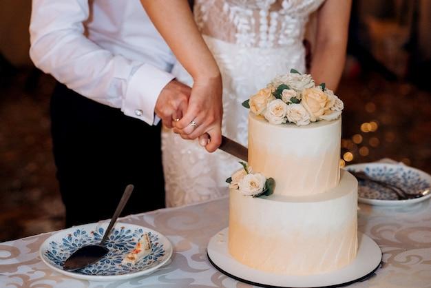 Huwelijksdecor met cake op een houten bank tegen een watervalachtergrond