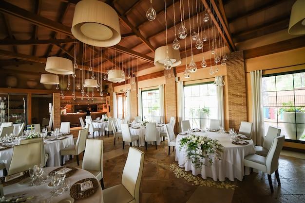 Huwelijksdecor van kaarsen in glasflessen in een restaurant