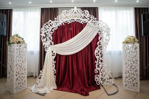 Huwelijksdecoratie boog romantisch wit