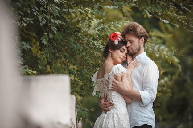 Huwelijksdecoratie in de tuin.