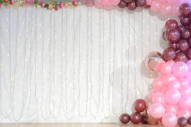 Huwelijksdecoratie met ballons en geleide lichtenachtergrond