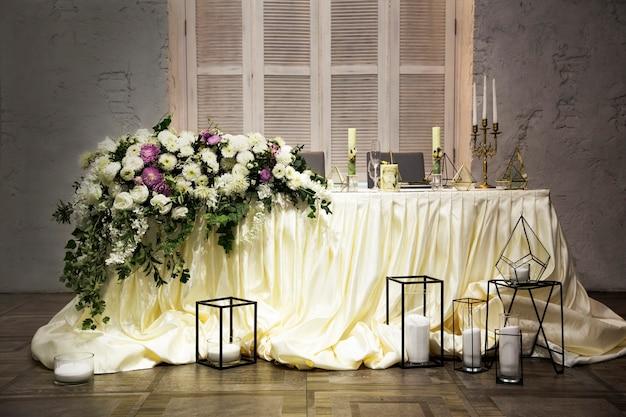 Huwelijksdecoratie met bloemen en kaarsen bij een huwelijksceremonie