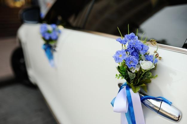 Huwelijksdecoratie op huwelijksauto