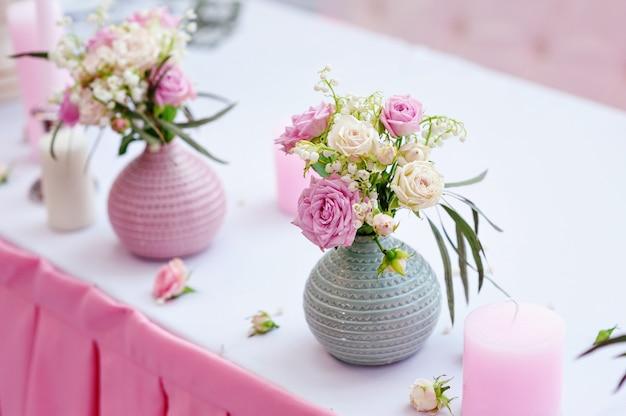 Huwelijksdecoraties op een tafel in het restaurant.