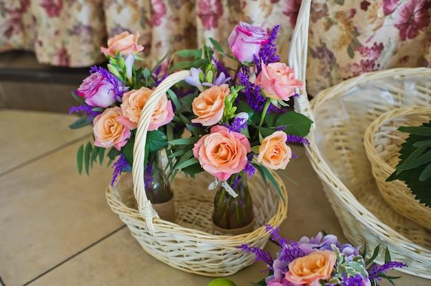 Huwelijksdiner in het restaurant, tafels versierd met vazen met rozen.