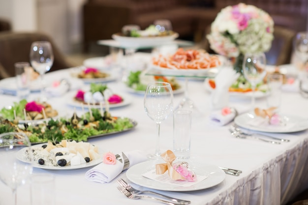 Huwelijksdiner. vork versierd met rozen