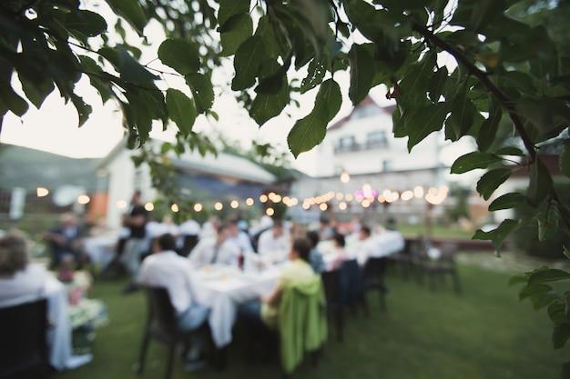 Huwelijksevenement in de natuur op een zomerse dag