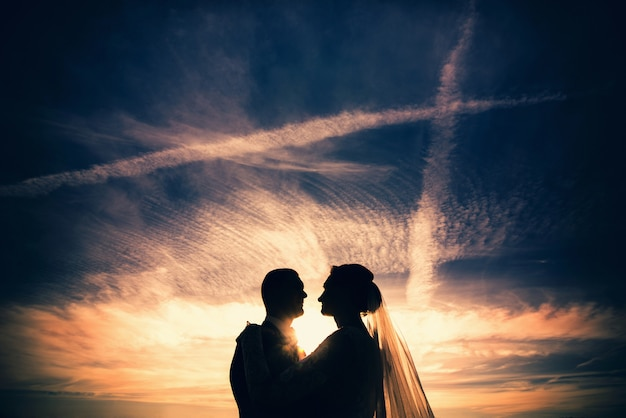 Huwelijksfoto, gelukkige bruid en bruidegom samen