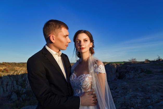 Huwelijksfoto van een paar in de bergen