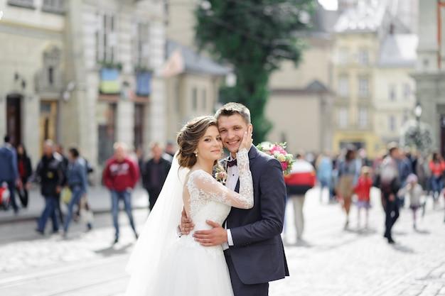 Huwelijksfotosessie van een jong mooi stel in de oude stad.