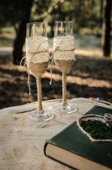 Huwelijksglazen met touw zijn op de stronk getekend