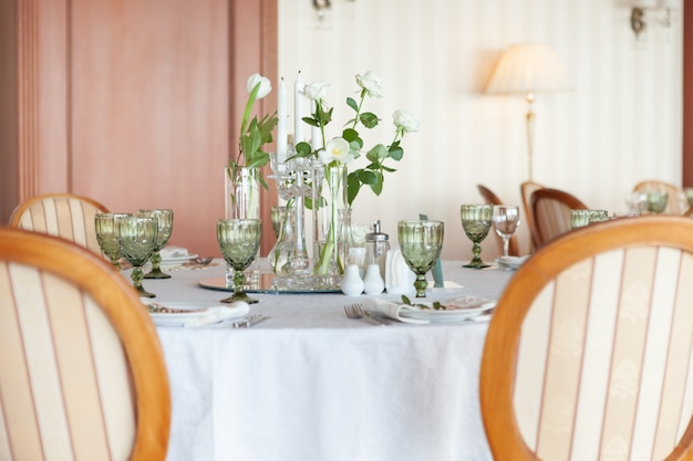 Huwelijkslijst met bloemen en glazen, close-up