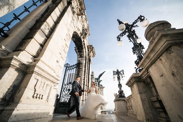 Huwelijkspaar op hun huwelijksdag in boedapest
