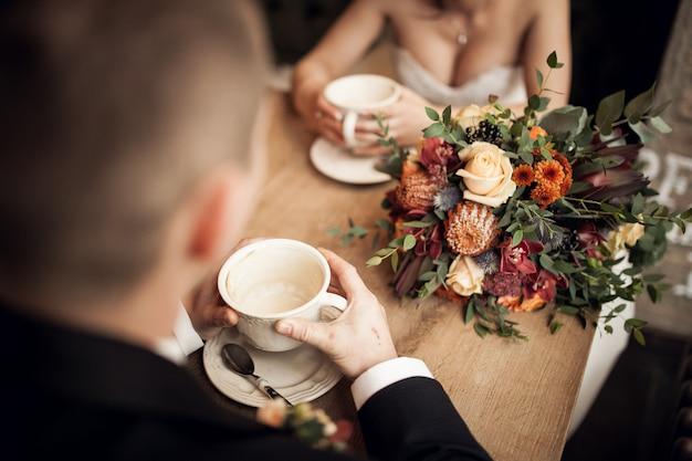 Huwelijkspaar op hun huwelijksdag in een restaurant