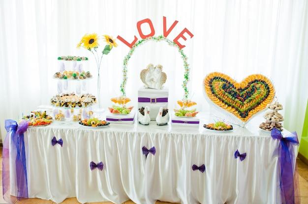 Huwelijksreceptie met fruit en gebak