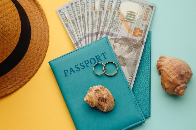 Huwelijksreis reizen concept. vakantieaccessoires op kleurrijke oppervlakte close-up