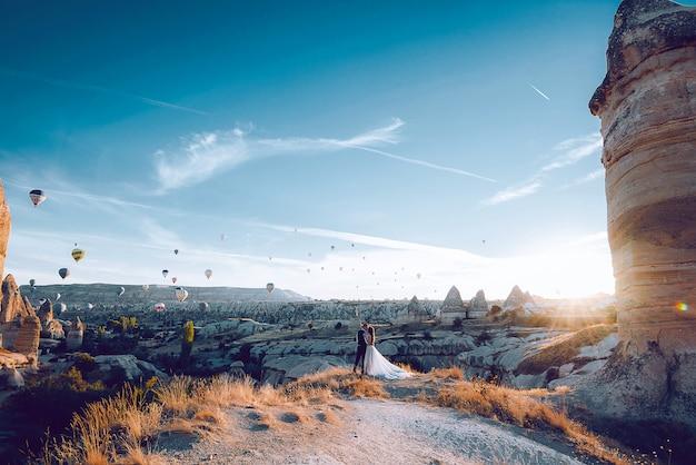 Huwelijkssessie in cappadocië, turkije met luchtballonnen