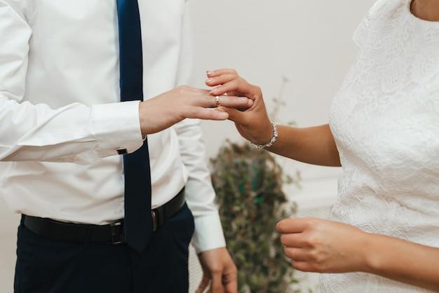 Huwelijksthema, man en vrouw wisselen trouwringen uit