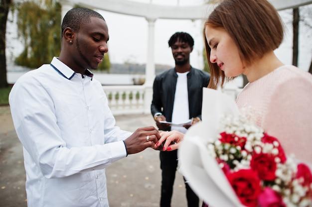 Huwelijksverlovingsceremonie met pastoor.