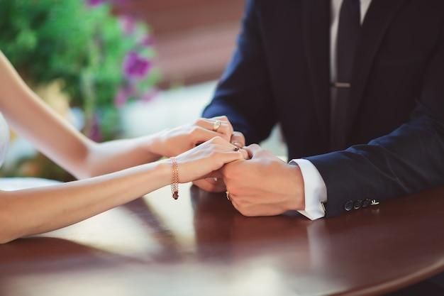 Huwelijksvoorstel met diamanten ring